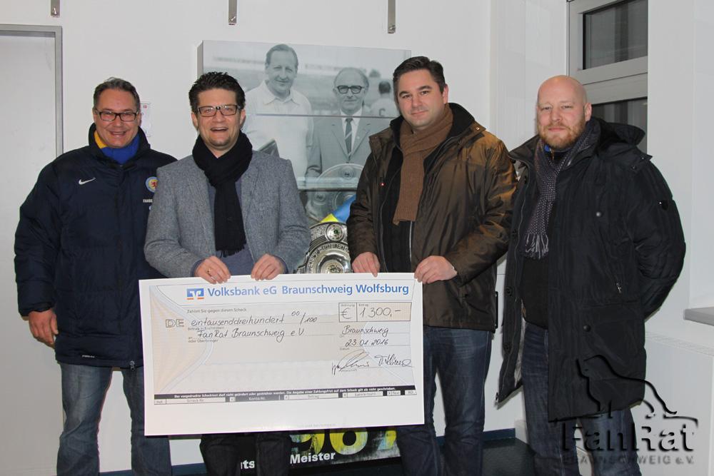 v.l. Erik Lieberknecht (Fanbeauftragter Eintracht Braunschweig), Carsten Ueberschär (Volksbank BraWo), Michael Vieth (FanRat Braunschweig e.V.) und Lars Konsierke (Trainer der Fanauswahl)